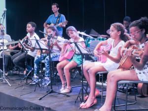 Criança faz música sim! e muito bem.
